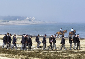 Canadian veterans make their way along Juno Beach after a ceremony marking the 60th anniversary of D-Day in Courseulles-sur-Mer, France on June 6, 2004. (Tom Hanson / The Canadian Press)