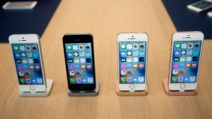 Members of the media and invited guests take a look at the new iPhone SE during an event at Apple headquarters Monday, March 21, 2016, in Cupertino, Calif. (AP /Marcio Jose Sanchez)