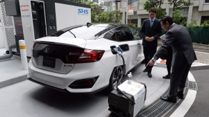 Honda Motor Co. President and Chief Executive Officer Takahiro Hachigo talks with Prime Minister Justin Trudeau about Honda fuelcell technology in Tokyo, Japan, on Tuesday, May 24, 2016. (THE CANADIAN PRESS/Sean Kilpatrick)